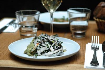 Salade de seiche à l'encre et guacamole epicé