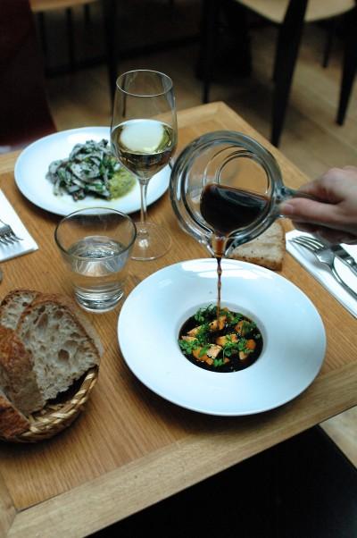 Foie gras cru, courge butternut poêlée, bouillon de cèpe