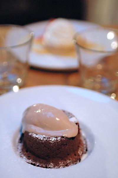 Fondant au chocolat noir, crème fraîche, crème glacée à la châtaigne