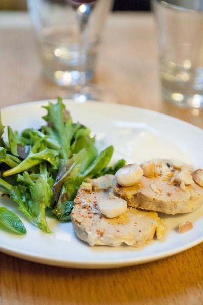 Foie gras de canard du Périgord mi-cuit, espuma d'orange sanguine, macadamia torréfiées