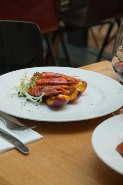 Gambas rouge de Sicile, pêche rôtie, citron vert et oignons de Trébons