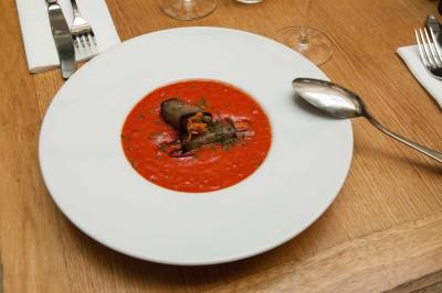 Soupe de poivrons, rouleau d'aubergine aux légumes d'été