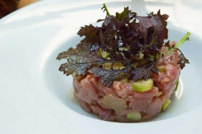 Tartare de noix de veau français, asperges vertes, mayonnaise légère à l'estragon