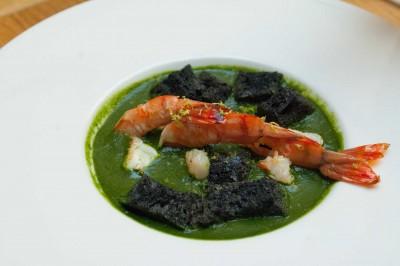 Crevettes a la plancha soupe de cresson citron vert croutons a l'encre de seiche