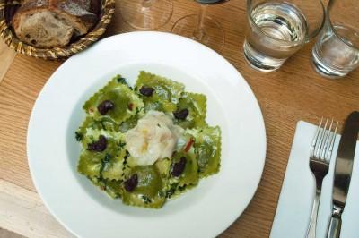Ravioli artisanaux ricotta épinards, supions poêlés, tomates de Sicile, olives noires