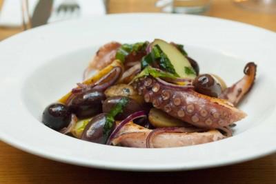 Salade de poulpe de roche, pomme de terre du jardin, olives kalamata et oignons rouges